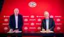 Philips-topman Frans van Houten (rechts) en algemeen directeur Toon Gerbrands van PSV. Philips verbond zich onlangs tot 2031 als sponsor aan de club en nam ook al deel in het eerste partnerfonds in 2016.