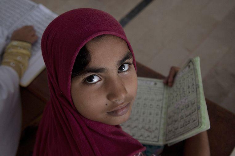 Een Pakistaans meisje in de klas. Beeld AP