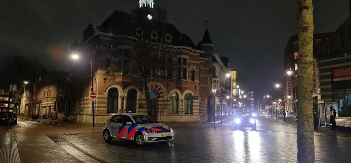 Maandagavond 20.10 uur: De politie houdt toezicht op het Bagijnhof in Dordrecht, in verband met mogelijke demonstraties tegen de avondklok en coronamaatregelen.