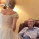 Vrouw trekt trouwjurk 60 jaar na het huwelijk aan om haar man te verrassen