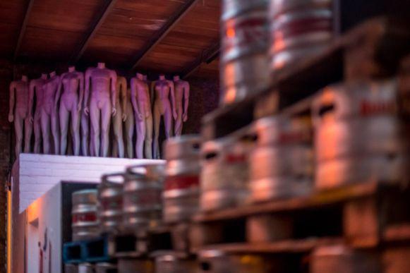De zomerbar kon bijna honderd paspoppen verkrijgen via decorbedrijf Sprookjes nv uit Mortsel.