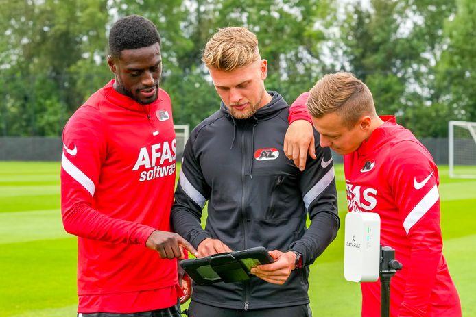AZ-speler Bruno Martins Indi, data analist Rick Rietveld en Jordy Clasie tijdens een overleg op de training.