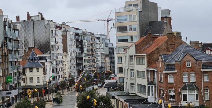 In de Zeelaan in De Panne was de brandweer lang in de weer aan een dak van een appartementsgebouw toen panelen en isolatiemateriaal losgerukt werden door de wind.