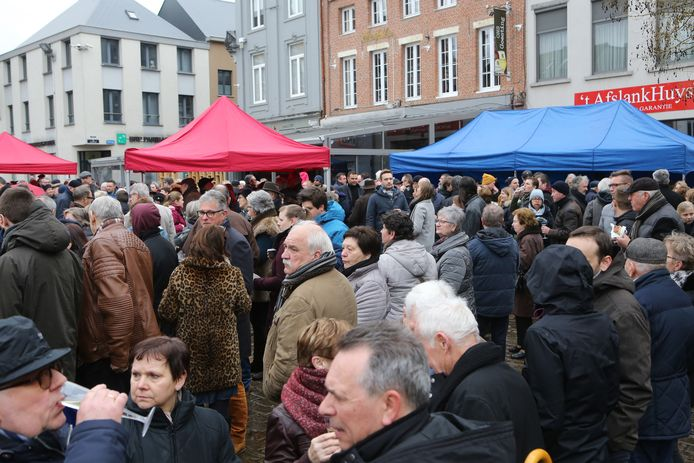 De traditionele nieuwjaarsdrink op de Grote Markt zit er niet in, wel veilig bij je thuis.
