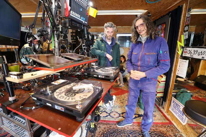 """Twan Hofman en DJ Munne (rechts) in de studio van Rararadio. ,,De platenspelers hebben ze laten staan."""""""