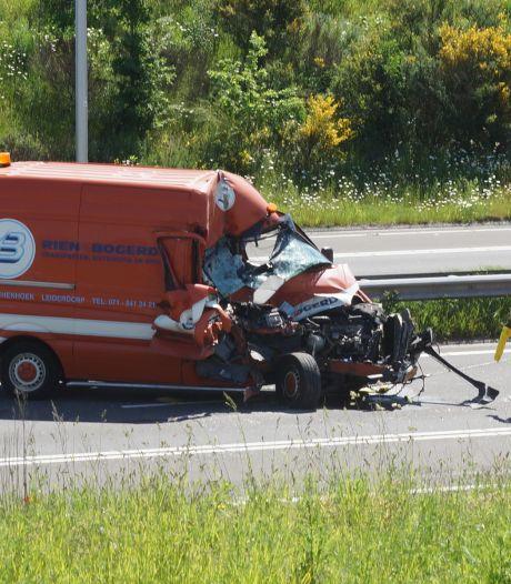 Ravage op N261 bij Kaatsheuvel, meerdere botsingen in file door gekantelde vrachtwagen