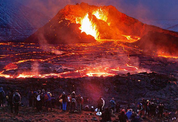 De uitbarstende vulkaan lokt heel wat kijklustigen.