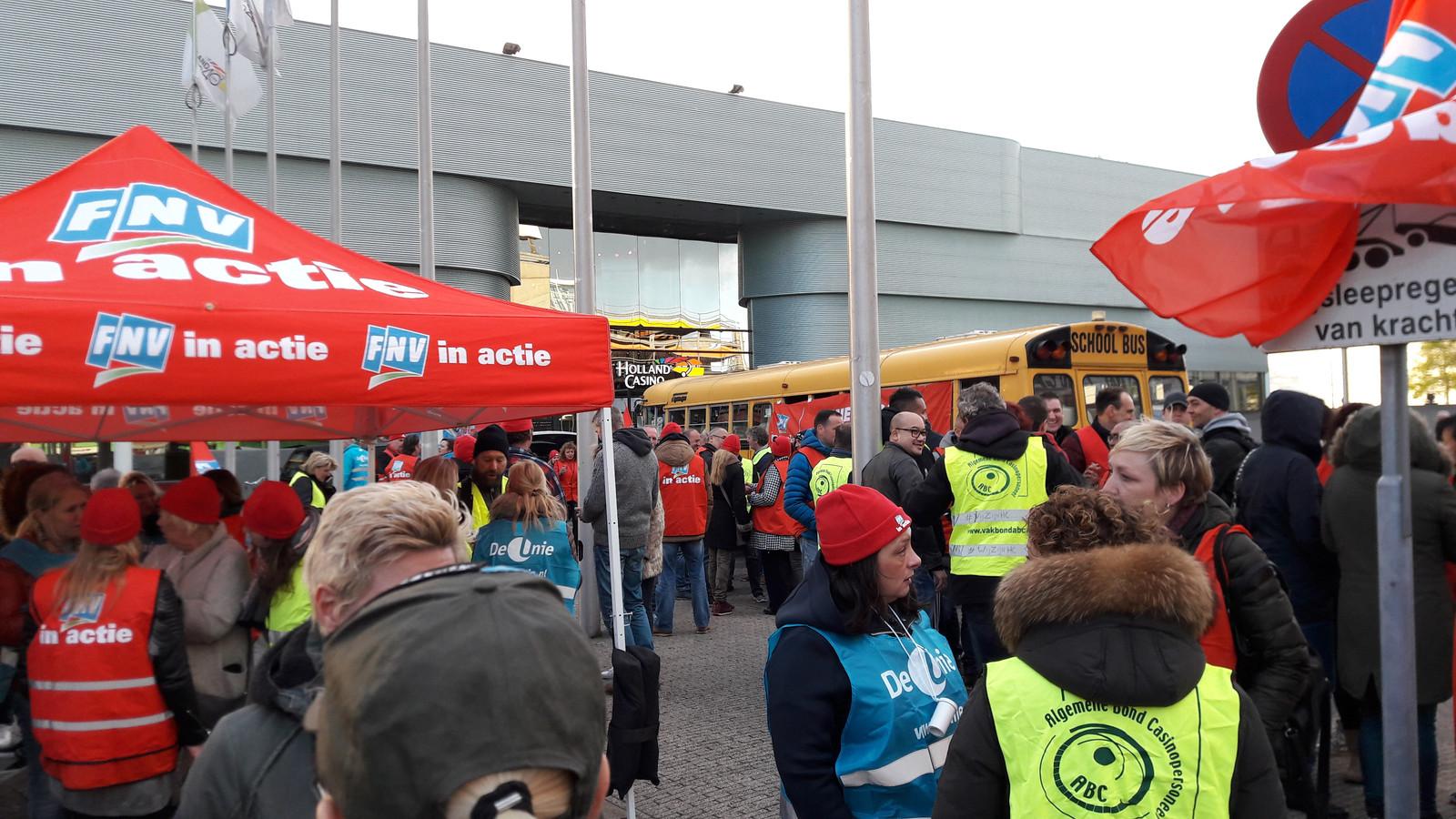 Ruim honderd medewerkers willen meer geld en staken op het plein voor Holland Casino in Utrecht.