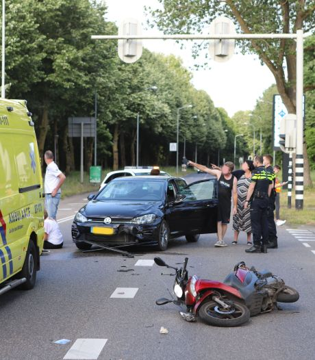 Scooterrijder gewond naar het ziekenhuis na botsing met auto in Ede