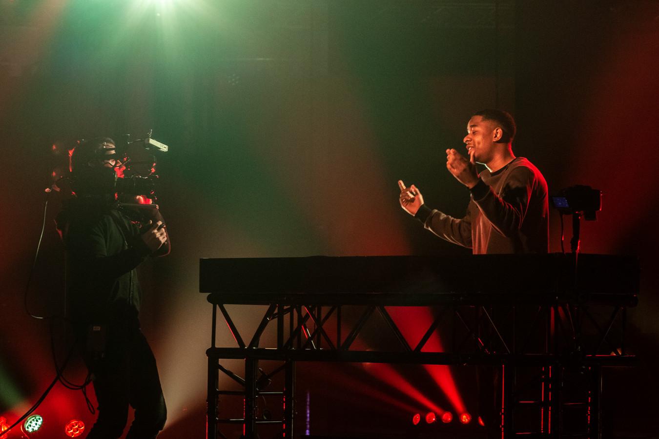 DJ JP tijdens de opnames van het online clubbin' event dat op oudjaarsavond wordt uitgezonden.