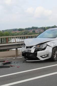 Drie auto's botsen tegen elkaar op Rhenensebrug, twee bestuurders naar ziekenhuis