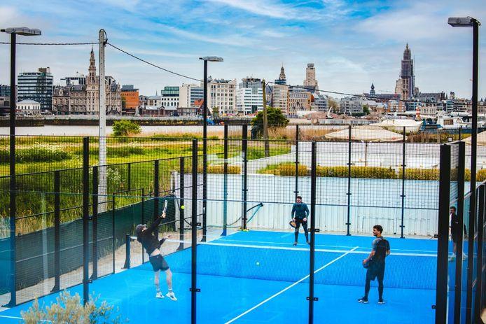 Padel met zicht op de skyline van Antwerpen.