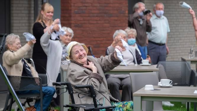 """Willy Sommers laat bewoners van 't Hof van Waerloos corona even vergeten: """"Zo blij om elkaar weer te kunnen terugzien"""""""