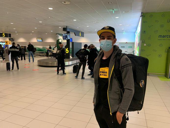 Wout van Aert op de luchthaven van Schiphol.