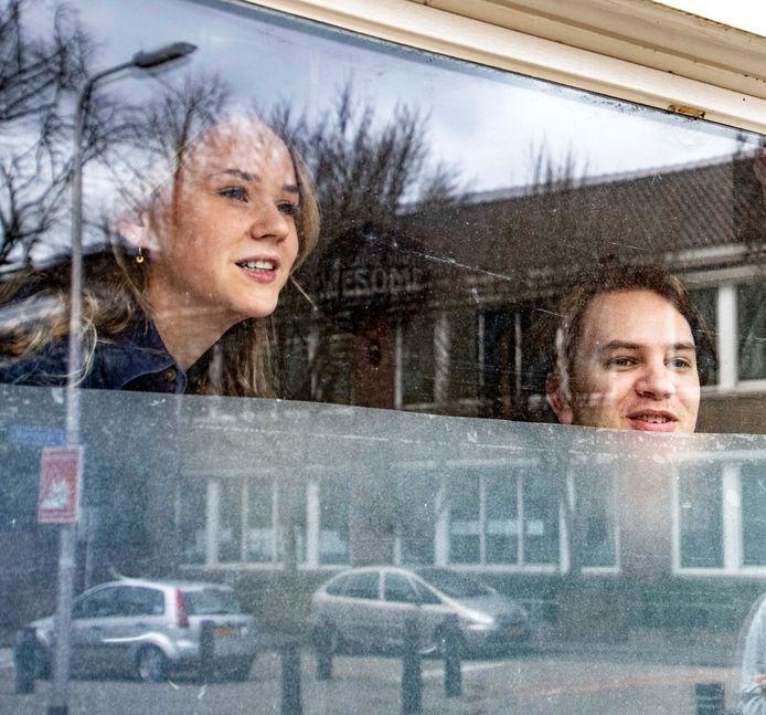 Minke Bosch en Albert Kalkwiek maken er samen met vijf andere huisgenoten het beste van in het studentenhuis aan de De Ruyterstraat in Tilburg.