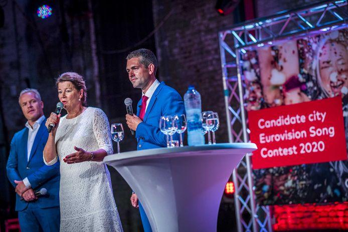 Directeur MECC Maastricht Rob van de Wiel (L), burgemeester van Maastricht Annemarie Penn-te Strake (M) en Joost van den Akker (R), na de bekendmaking van de gaststad van het Songfestival.