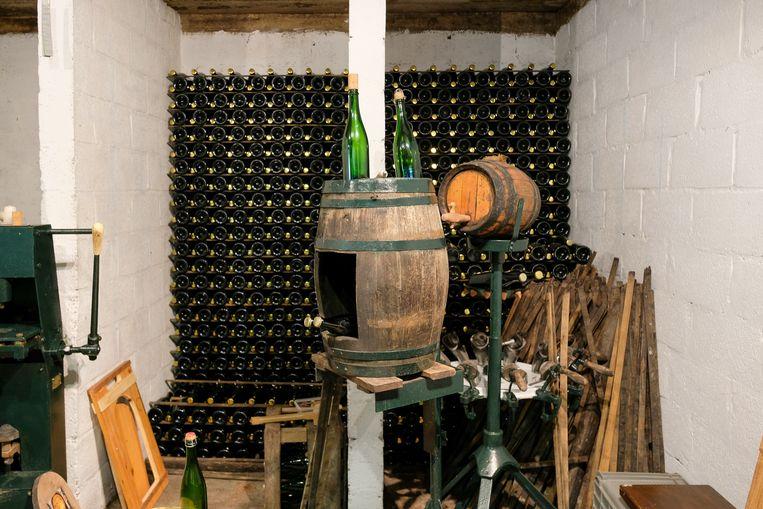 Deel van de kelder waar de flessen wachten om te worden gekurkt.