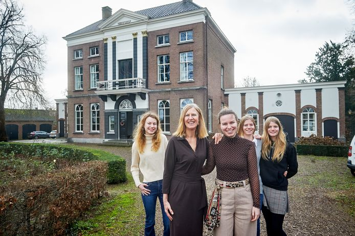 Het notarishuis van de familie De Veer aan de Lithsedijk te Lith. Op de foto vlnr. Loes, Yvonne, Ted, Noor en Roos.