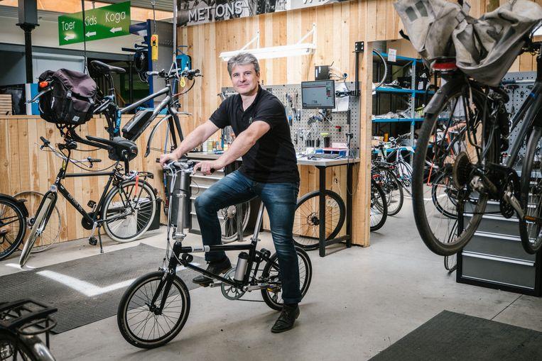 Anthony Degryse, zaakvoerder van het Gentse Fiets!, op een elektrische vouwfiets.  Beeld Wouter Van Vooren