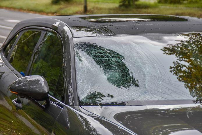 Veel schade aan de voorruit van de auto.
