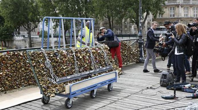 Parijse stadsmedewerkers tijdens het verwijderen van de liefdesslotjes in juni 2015.