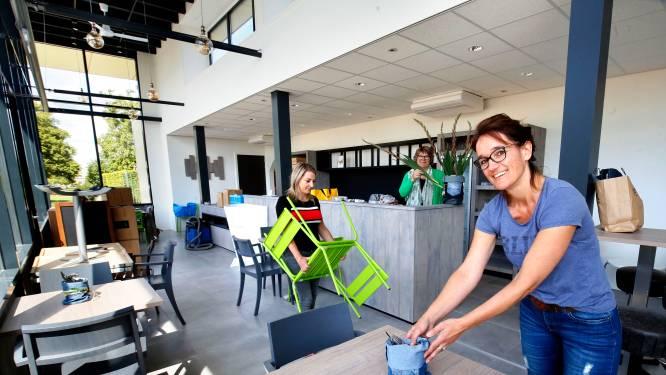 Iedereen helpt mee in de nieuwe lunchroom van Colinda in Veen