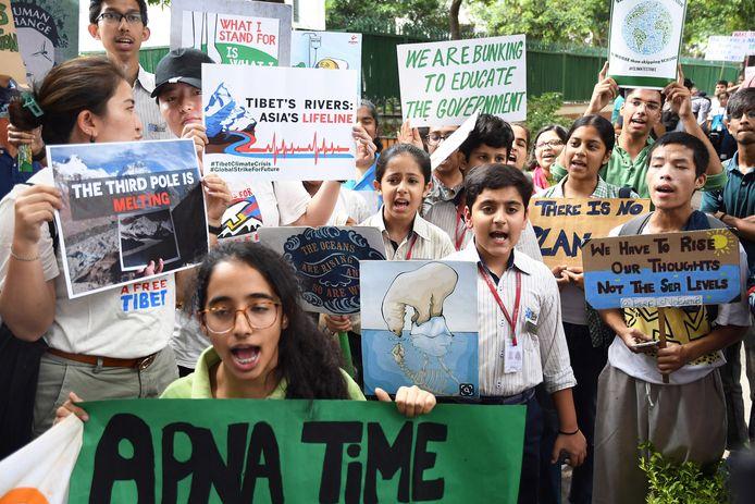 Indiase tudenten protesteren samen.