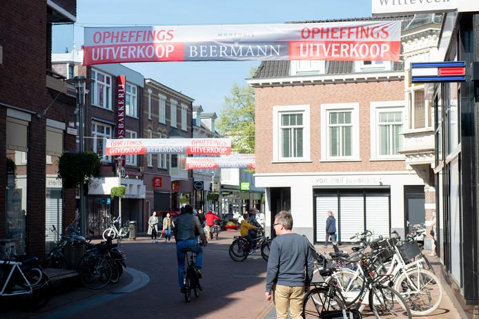 Ze hangen er illegaal, de banners van Modehuis Beermann die in de binnenstad van Apeldoorn.