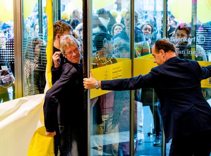 Koopjesjagers verdringen zich bij de ingang van de Bijenkorf tijdens een editie van Drie Dwaze Dagen.