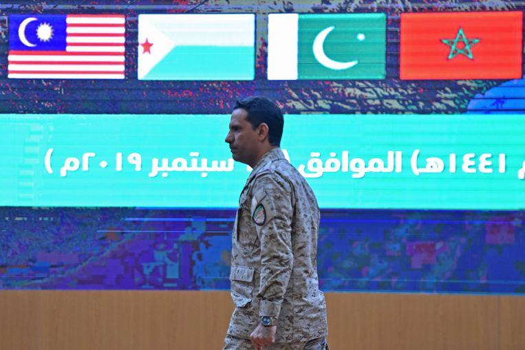 Een woordvoerder van de militaire coalitie, geleid door Saudi-Arabië, wijst tijdens een persconferentie naar Iran. Beeld AFP