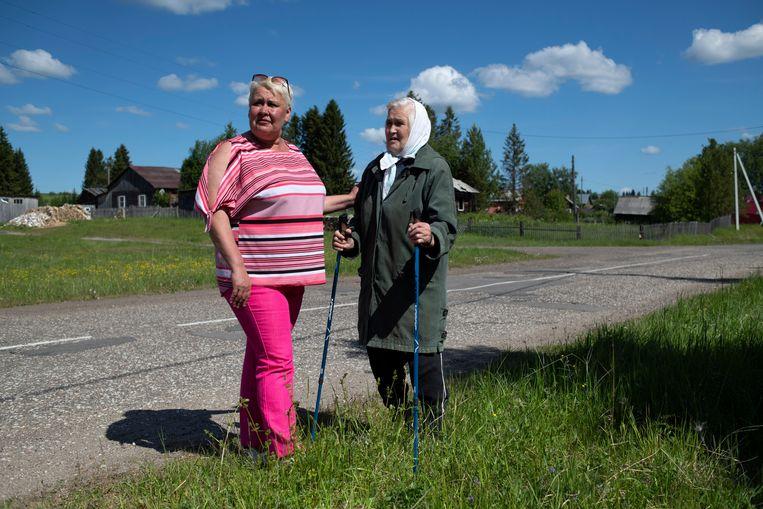 Burgemeester Tatjana Karaktsjiëva van Serjogovo (links) en een inwoner. Beeld Yuri Kozyrev / Noor