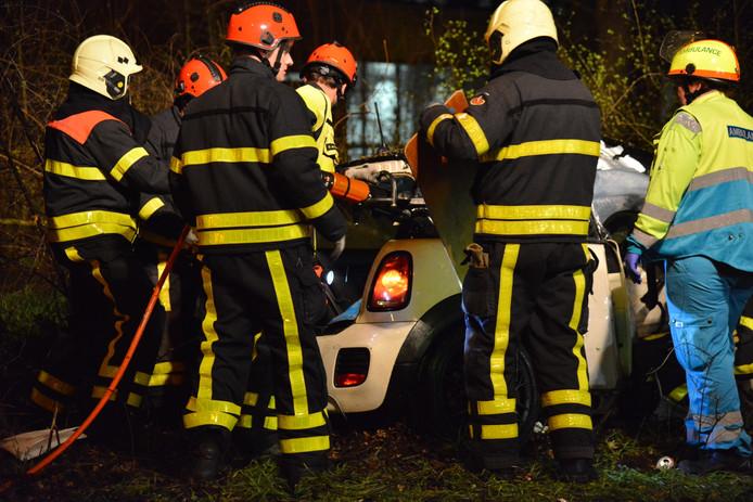 Auto botst op boom in Breda