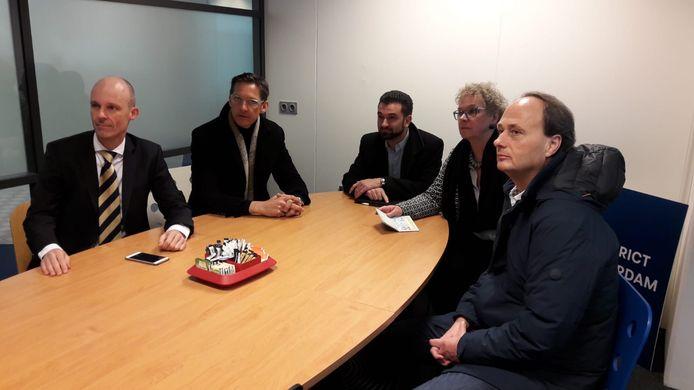 De fractievoorzitters van vijf Rotterdamse oppositiepartijen doen aangifte tegen oud-wethouder Visser op het politiebureau Doelwater. Vlnr: Maurice Meeuwissen (PVV), Joost Eerdmans (Leefbaar Rotterdam), Stephan van Baarle (Denk), Ellen Verkoelen (50Plus) en Ruud van der Velden (Partij voor de Dieren). Afwezig zijn de SP en Nida.