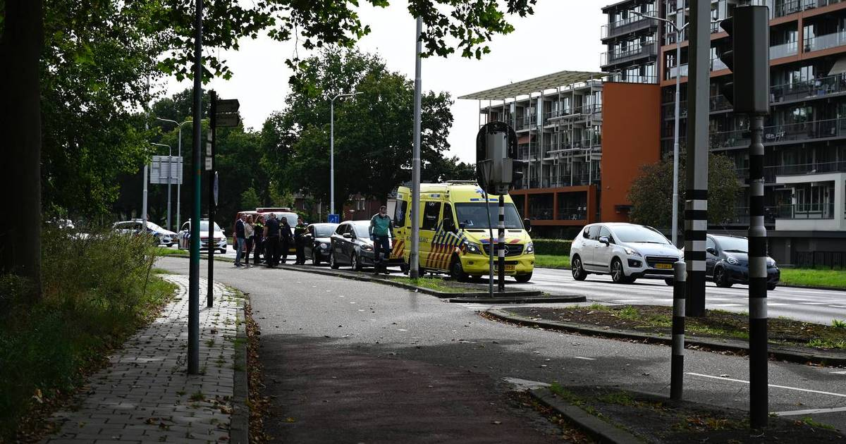 Gewonde bij ongeluk met twee autos op singel in Almelo.