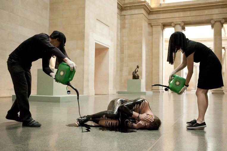Actie van Liberate Tate in de hal van het museum, een jaar na de olieramp in Mexico. Beeld ap