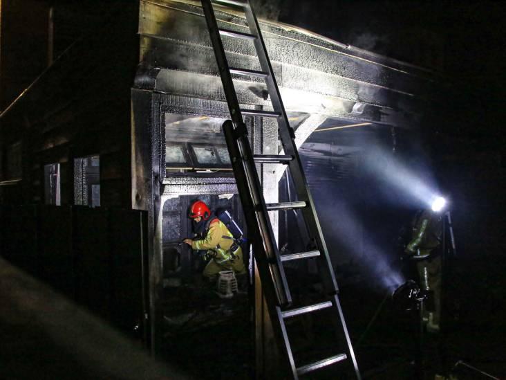 Overkapping in brand in Helmond, bewoner raakt gewond nadat hij zelf vuur probeert te doven