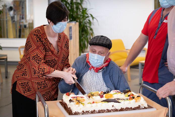 PUURS Jos Hermans krijgt zijn tweede prik van het Pfizervaccin in WZC Sint-Jozef