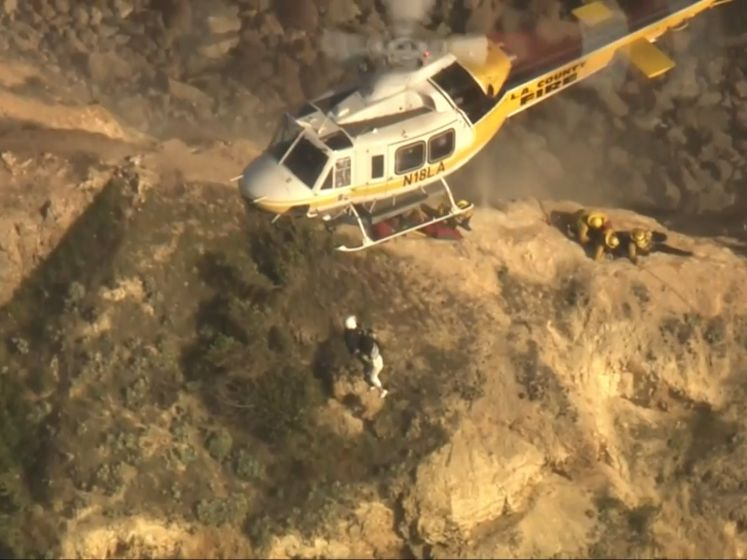 Niet voor kijkers met hoogtevrees: helikopter moet vrouw redden na val van klif