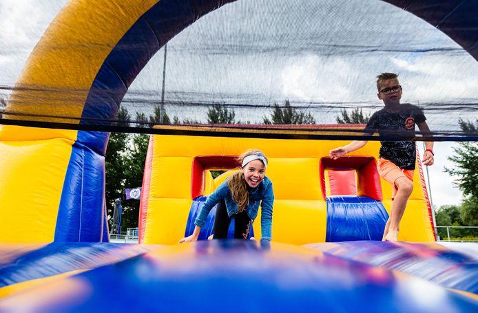Charlotte (8) met haar broertje Daan (7) op de hindernisbaan tijdens de Summer Games.