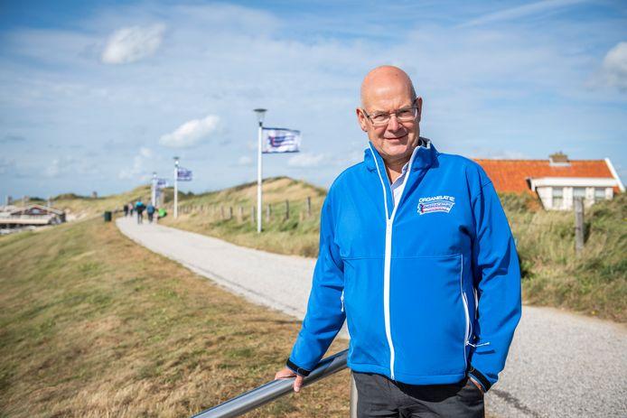 Chris Simons, voorzitter van de Kustmarathon bij de finish op de dijk bij Zoutelande.