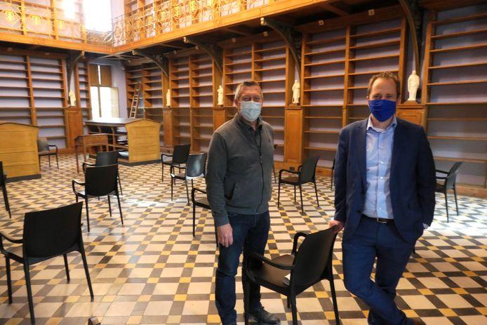Erfgoedconsulent Gert Van Kerckhoven en burgemeester Kristof Joos in de gerestaureerde bibliotheek in de Sint-Bernardusabdij