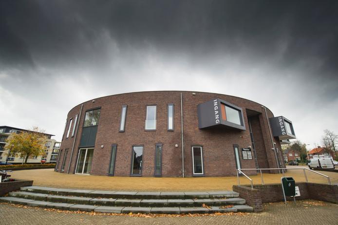 Donkere wolken boven het Eibergse kulturhus 't Spieker.