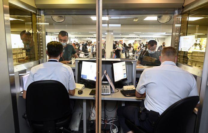 Paspoortcontrole bij de politie op Brussels South Charleroi Airport. (archieffoto juli 2021)