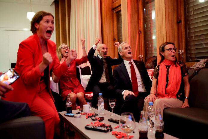 Avec 88 sièges pour le moment, les travaillistes de M. Støre (ici à droite), probable prochain Premier ministre, seraient même en passe de décrocher une majorité absolue avec leurs alliés de prédilection, le parti du Centre et la Gauche socialiste, sans avoir besoin des deux autres forces d'opposition, les écologistes de MDG et les communistes de Rødt.