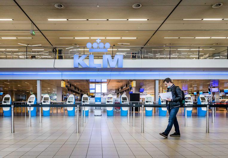 Ook Schiphol heeft gedurende de coronapandemie te maken met een grote afname van reizigers. Beeld ANP