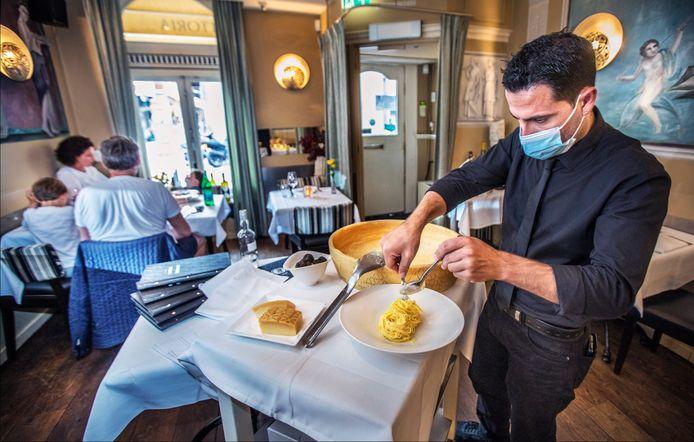 Impero Romano. Beroemd is de pasta die ze draaien in de grote Parmezaanse kaas.