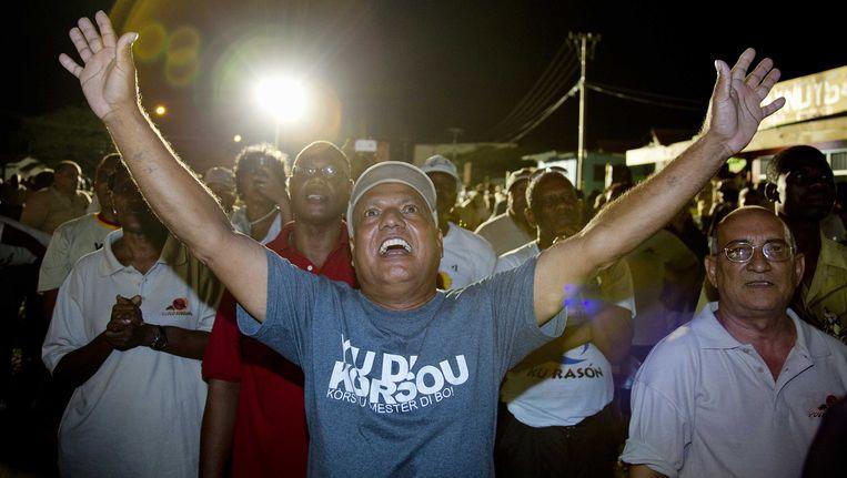 MFK-aanhangers juichen na bekendmaking van de verkiezingsuitslag op Curacao. Beeld ANP