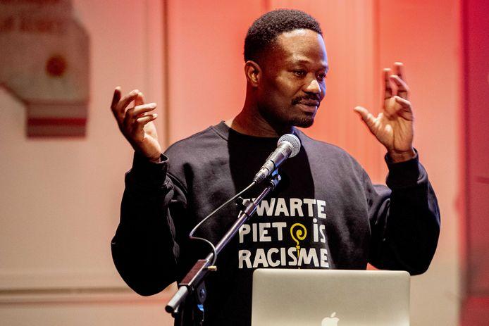 Jerry Afriyie aan het woord tijdens de eerste landelijke bijeenkomst van het jaar van Kick Out Zwart Piet (KOZP). Tijdens deze bijeenkomst bogen de aanwezigen zich over de invulling van de landelijke campagne #2020ZwartePietVrij.