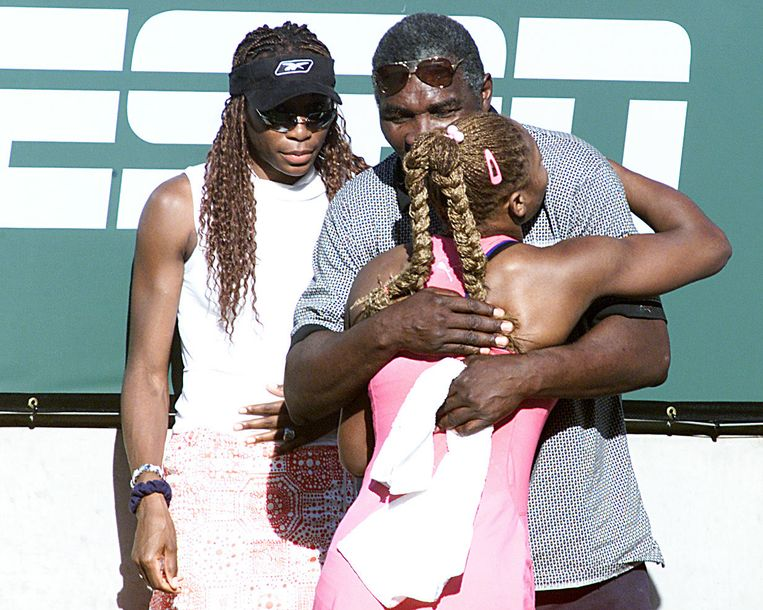 Venus ziet hoe Serena hun vader in de armen valt na winst tegen Kim Clijsters in de finale van Indian Wells 2001. De Williams-familie werd er uitgejouwd door een overwegend blank publiek. Beeld Getty