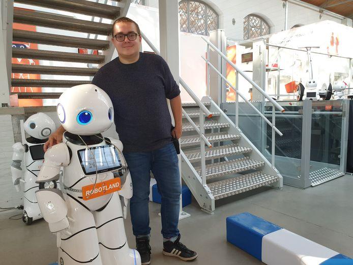 Robotland gaat weer open. Ayrton Lambrechts startte er als jobstudent, maar werkt er nu sinds een week vast.